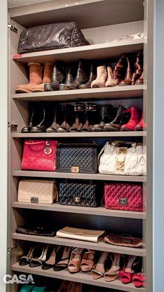 Organização: closet prático e bonito de admirar - Casa - BOLSAS EM PÉ. Nada de pendurá-las pela alça ou deitá-las. O melhor jeito de conservá-las é erguidas e com enchimento dentro.