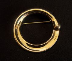 Monet Circle Pin Gold Tone Brooch Signed Classic Modern Round Vintage Band by SanctuaryofStyle on Etsy 80s Jewelry, Women's Jewelry Sets, Vintage Jewelry, Metal Jewelry, Antique Jewelry, Jewelry Watches, Fashion Jewelry, Women's Fashion, Chanel Flower