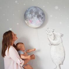 What more could we add to this image? Kidsroom decor we love. We ♥️ it @bajtovakaja #hartendief #hartendieftips #moonlamp #sleepymoon #schlafendermond #polarbear #walltattoo #motherlove #magicalmoment #kidsroomdecor #barnrummet #barnrumsinspo #nurseryinspiration