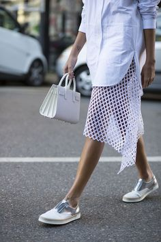 Offset crisp white shirts and accessories with metallic details and a fabulous skirt Looks Street Style, Looks Style, My Style, Crisp White Shirt, White Shirts, Mochila Do Bts, Diy Rock, Fashion Details, Fashion Design