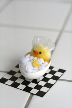 Clever Easter crafts - a baby chick in a hot tub of cotton. Makes you smile too :)