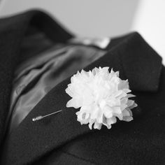 Witte corsage voor de bruidegom. Te koop op Etsy. Ik vind het lekker chique en stijlvol. White Mens Flower Boutonniere / Buttonhole For Wedding,Lapel Pin,Tie Pin. $18.00, via Etsy.