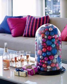 Farben der Weihnachtskugeln mit den Sofa Kissen abgestimmt