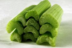 Nutrition facts and health benefits of celery (ajwain) for weight loss, blood pressure and inflammation. A highly nutritious and hydrating food, celery is highly alkaline by nature and helps to balance the PH levels of our body. Chicken Eating, Canned Chicken, Juicing Benefits, Health Benefits, Smoothie Detox, Celery Juice, No Waste, Weight Loss Snacks, Lower Blood Pressure