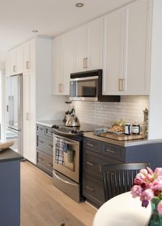 Modern look with a classic timeless concept for the kitchen. Here are the modern but classic kitchen cabinet ideas for you. Two Tone Kitchen Cabinets, Farmhouse Kitchen Cabinets, Painting Kitchen Cabinets, Kitchen Paint, Kitchen Decor, Kitchen Ideas, Design Kitchen, Kitchen Counters, Soapstone Kitchen