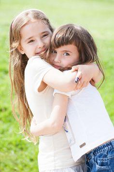 Sesión de fotos infantil, primos jugando en el campo. Niñas abrazándose. Girls hugging each other.  www.imatgesdevidre.com