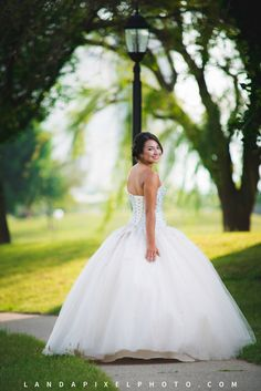 Quinceañera poses.  Outdoor quinceanera photo.  White quinceanera dress. Quinceanera photography poses.  Quinceanera photo ideas.  Copyright Landapixel Photography.  Landapixelphoto.com