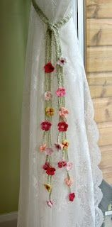 Crochet for Curtains - Crochet Amarra Cortinas Crochet Home, Crochet Crafts, Yarn Crafts, Crochet Projects, Knit Crochet, Sewing Projects, Crochet Granny, Hand Crochet, Crochet Curtains