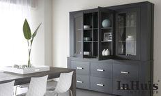 Een moderne strakke interieur. De meubels op deze afbeelding zijn in verschillende uitvoeringen leverbaar. Voor meer informatie over de meubels neem dan contact met ons op via info@inhuisinterieur.nl of neem een kijkje op onze website. #In #Huis #Meubelen #Kast #Maatwerk #Hout #Interieur#Inspiration #Inspiratie #Wit #Grijs #Interior #Modern #Living #Wandkast #Furniture #Wardrobe #Closet #Table #Tafel #Chair #Stoel #Strak #Interieur