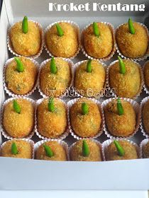 Just My Ordinary Kitchen...: KROKET KENTANG Indonesian Desserts, Asian Desserts, Indonesian Food, Cake Recipes, Snack Recipes, Snacks, Nuggets Recipe, B Food, Traditional Cakes