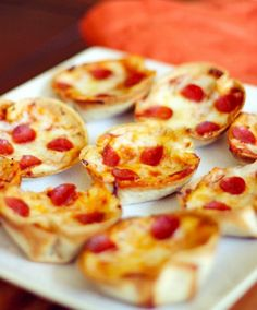 Who would of thought a little mini pizza made out of a whole wheat tortilla in a muffin tin?!! Well this lady did.
