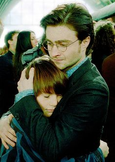 This scene gets me every time; Harry is sending his children to have adventures at Hogwarts, while he and Ginny stay behind. Harry's story is over but because of his bravery & defeat of Voldemort, Hogwarts is a safe place! Thank you, Harry. Fantasia Harry Potter, Saga Harry Potter, Harry James Potter, Harry Potter Books, Harry Potter Universal, Harry Potter World, Harry Harry, Expecto Patronum Harry Potter, Albus Severus Potter