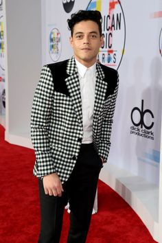 I will forever continue to pin photos of this outfit- I cannot get enough of this jacket and his hair! I LOVE HIS HAIR LIKE THIS! Rami Malek Queen, Cute Celebrities, Celebs, Rami Malik, Gorgeous Men, Beautiful People, Rami Said Malek, Mr Robot, American Music Awards