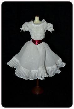 Los jóvenes protagonistas de West Side Story se conocen en un baile, donde María, interpretada por Natalie Good, lleva este vestido blanco que refleja dulzura e inocencia.  Diseñado por Irene Sharaff.