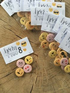 Traktatie van likkoekjes in een zakje van de action. De emoticons hebben we met eetbare stiften op de koekjes getekend. 23 December, Surprise Cake, Orchid Show, Birthday Treats, Happy B Day, Sticky Toffee, Childrens Party, Gingerbread Cookies, Diy For Kids