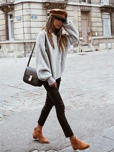 Para ficar de olho: manga balão. Boina marrom, suéter bufante cinza, calça skinny de couro preta, ankle boot marrom
