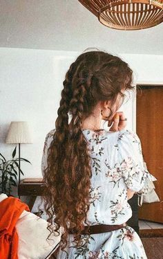 The right actions to style your curly hair To have curly hair naturally there are some golden rules. Wash your hair gently so as not to dry the scalp, and detangle after applying a conditioner. Spring Hairstyles, Pretty Hairstyles, Braided Hairstyles, Hairstyles For Curly Hair, Simple Hairstyles, Quiff Hairstyles, Curly Haircuts, Bohemian Hairstyles, Long Curly Hair