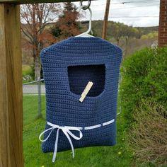 Blue ribbon clothespin bag - free crochet pattern at Highland Hickory Designs. Crochet Shell Stitch, Bead Crochet, Diy Crochet, Crochet Ideas, Crochet Bags, Crochet Tools, Crochet Baskets, Double Crochet, Single Crochet