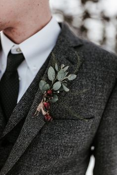 Frosty Little Lodge Wedding At The Top Of Mount Hood In Oregon wedding winter – Wedding İdeas Winter Wedding Attire, Snow Wedding, Winter Wedding Flowers, Lodge Wedding, Wedding Men, Trendy Wedding, Wedding Ideas, Vintage Wedding Suits, Tweed Wedding Suits