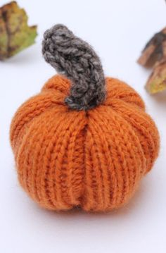 Knitted pumpkin free pattern by Handy Little Me. Make a mini pumpkin in time for fall with this free knitting pattern which uses basic knitting stitches. Halloween Knitting Patterns Free, Halloween Patterns, Halloween Crafts, Christmas Crafts, Stocking Stitch Knitting, Knitting Stitches, Knitting Toys, Charity Knitting, Loom Knitting