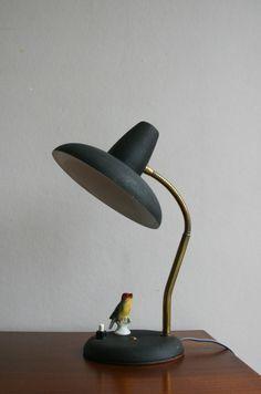 Petite lampe en métal noir et doré, bras flexible, années 60. Disponible sur http://lobjetraredesign.tumblr.com