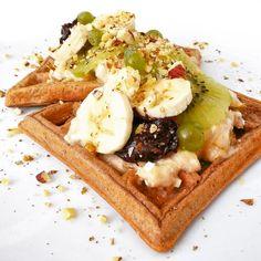 Nejrychlejší, nejchutnější a mou nejoblíbenější sladkou fitness snídaní jsou bezpochyby vafle. Původní belgický recept můžete připravit na spoustu fitness způsobů, a to pouhým obměňováním základní suroviny a náplní. Lze je upéct opravdu téměř z čehokoliv. Dnes se vrhneme na tvarohové. Healthy Breafast, Waffles, Pancakes, Buckwheat, Crepes, Granola, Food Inspiration, Oatmeal, Food And Drink