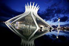 -CATEDRAL DE BRASILIA  1970 Obra del arquitecto brasileño Oscar Niemeyer, ganador del premio PRITZKER en 1988 (junto con Gordon Bunshaft ). Es una de sus obras mas peculiares, para mí la mejor, ya que la forma volumétrica es muy atractiva y me agradó la representación de la corona de espinas en la parte superior del edificio. Oscar Niemeyer, Area Circulo, Plan Maestro, Architecture, Building, Inspiration, Salvador, Mayo, Rio De Janeiro