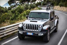 Das neue Modell markiert die Rückkehr der Marke in das Pickup-Segment und kommt zu den Feierlichkeiten des 80-jährigen Jubiläums von Jeep® zu den europäischen Händlern. Jeep Gladiator, Cars, Gallery, Vehicles, Celebrations, Scale Model, Roof Rack, Autos, Car