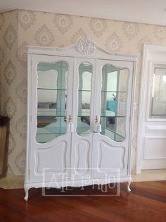 Outra transformação do nosso atelier,   agora numa versão delicada e romântica   criamos mais essa cristaleira para atender ao pedido.    D...