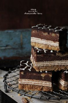 Kit Kat cheesecake bars recipe. Oh my goodness I love Kit Kat. This may just be the best thing I've ever found.