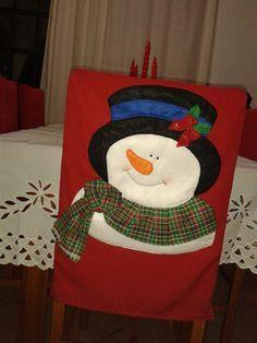 Resultado de imagen para capa de cadeira natalina Christmas Crafts For Gifts, Christmas Table Decorations, Christmas Items, Christmas Snowman, Merry Christmas, Xmas, Christmas Chair Covers, Snowman Crafts, Felt Toys