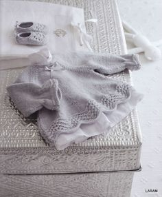 beautiful baby patterns - I wish I could read French :-( Knitting For Kids, Baby Knitting Patterns, Baby Patterns, Knitting Projects, Hand Knitting, Crochet Art, Knit Or Crochet, Baby Kind, My Baby Girl