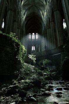 L'église Saint-Etienne-le-Vieux à Caen (France) grandement détruite lors des bombardements de Normandie en 44.