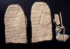 mittens, nalbound, 1958, The National Museum of Finland, nalbound mittens made from light gray to wool yarn. Mitten tips are slightly rounded. Mittens are accompanied by a needle, and a starting sample ; käsineet; kintaat; neulakintaat, 1958, The National Museum of Finland Vaaleanharmaasta villalangasta tehdyt neulakintaat. Kintaiden kärjet ovat hieman pyöristetyt. Kintaiden mukana on puuneula ja aloitusnäyte.
