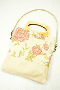 Borsa color panna con fiori rosa // Cream bag with pink flowers pattern - di Atelier-Pesaro via it.dawanda.com