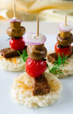 Beef tenderloin canapes with onion and roasted mushroom and cherry tomato. A very festive canape recipe! | giverecipe.com | #canape #tenderloin #partyfood