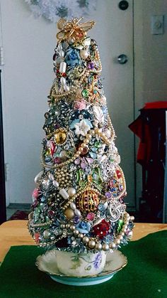 vintage christmas tree New Diy Christmas Tree Costume Old Jewelry Ideas Christmas Tree Costume, Diy Christmas Tree, Christmas Jewelry, Christmas Projects, Vintage Christmas, Christmas Ornaments, Creative Christmas Trees, Primitive Christmas, Country Christmas