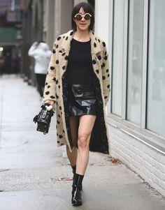 Eva Chen com look todo preto e casaco de animal print