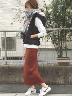 グレーストール/黒ダウンベスト/白パーカー/テラコッタリブニットタイトスカート/ナイキ白スニーカー