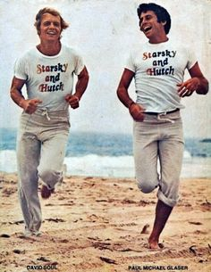 David Soul & Paul Michael Glaser in Starsky and Hutch ABC). Classic Seventies campery as the boys 'lark' on the beach. Paul Michael Glaser, Cinema Art, Ed Vedder, Tv Vintage, Mejores Series Tv, David Soul, Starsky & Hutch, Old Tv Shows, Me Tv