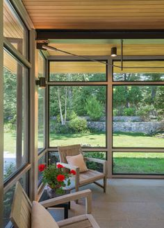 A modern screen porch beautifully links this Wellesley home to its Garden. Extending overhangs that are clad in red cedar emphasize the indoor – outdoor connection and keep direct sun out of the interior. A custom designed steel truss with stainless steel cable supports the roof. The insect screen is black nylon for maximum transparency. #screenporch #naturalmodernism #flavinarchitects