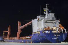 """PAE recibe la turbina y el generador para la usina de Cerro Dragón http://www.ambitosur.com.ar/pae-recibe-la-turbina-y-el-generador-para-la-usina-de-cerro-dragon/ Por tercera vez en el año un buque arribará a Comodoro Rivadavia con equipamiento. De esta forma, la terminal portuaria local vuelve a desempeñar un rol clave en la cadena logística de PAE en la región.     Pan American Energy (PAE) informa el arribo al puerto de Comodoro Rivadavia del buque """"MV"""
