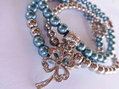 Pulseira 3 fios - azul e prateado com pingentes de trevo de quatro folhas