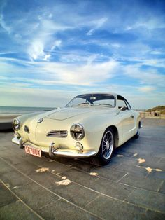 VW Volkswagen Karmann Ghia weiß white blauer Himmel blue sky am Meer Sea Strand Beach