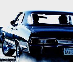 Dean et Sam Winchester sûr la route avec la belle impala.