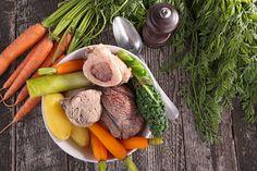 La recette du Pot-au-feu au boeuf, à la moelle et aux légumes. Pots, Asparagus, Carrots, Sausage, Meat, Vegetables, Lactose, Chefs, Planks