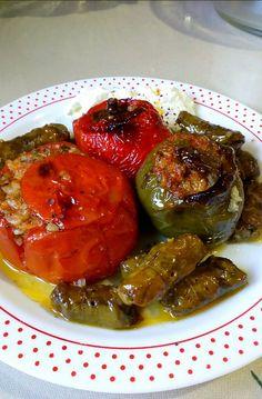 """Νόστιμη συνταγή μαγειρικής από """"Marina Hatzidaki-ΟΙ ΧΡΥΣΟΧΕΡΕΣ / ΗΔΕΣ"""" Υλικά 7 ντομάτες 8 πιπεριές χρωματιστές Αμπελόφυλλα 1 ματσάκι μαϊντανό ψιλοκομμένο 1/2 ματσάκι άνηθο ψιλοκομμένο Δυόσμο ψιλοκομμένο 3 ξερά κρεμμύδια 2 αγκινάρες 2 λευκά μανιτάρια 2 κούπες ρύζι γλασέ 1 κούπα ελαιόλαδο Αλάτι και πιπέρι ΕΚΤΕΛΕΣΗ Ανοίγουμε Greek Recipes, No Cook Meals, Pickles, Cucumber, Stuffed Peppers, Vegetables, Ethnic Recipes, Cooking Food, Fashion"""