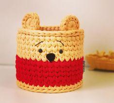 No photo description available. Crochet Case, Crochet Gifts, Cute Crochet, Crochet Headband Pattern, Crochet Basket Pattern, Minion Crochet Patterns, Hello Kitty Purse, Crochet Disney, Crochet Decoration