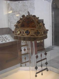 crown of Catherine of Aragon, first wife of Henry VIII and mother of Mary I, inside the Duomo Treasury in Palermo/Looks kind of like a battle helmet. Tudor History, European History, British History, Ancient History, Dinastia Tudor, Los Tudor, Royal Crowns, Royal Jewels, British Crown Jewels