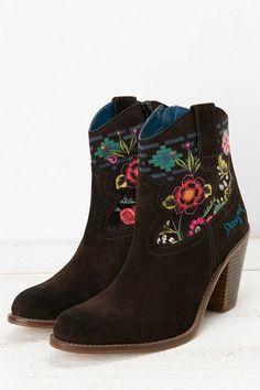 Stivali texani marroni Desigual. Scopri tutte le novità per i tuoi piedi!
